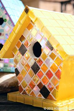Mosaic doesn't have to be boring...spice up a birdhouse with these warm look. Mosaic Crafts, Mosaic Projects, Diy Craft Projects, Mosaic Art, Mosaic Glass, Mosaic Ideas, Project Ideas, Mosaic Birdbath, Mosaic Garden