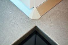 Detaliu-blat-termorezistent-Claystone-gri-F651ST16-cu-plinta-apa-PVC