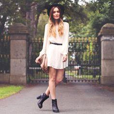 look bohemio con vestido blanco