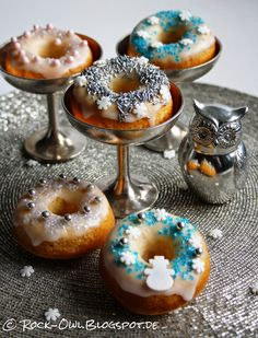 Winterliche Donuts: http://rock-owl.blogspot.de/2014/11/let-it-snow-zuckersue-winter-donuts.html