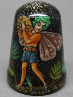 Enero: Hada de la Gota - January: The Pine Tree Fairy. Rusia. Mstera - Kuznetsova. Dedal ruso de papel mache lacado, pintado a mano. Thimble-Dedal-Fingerhut.