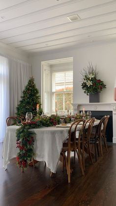 Christmas Dining Table, Christmas Table Settings, Christmas Table Decorations, Decoration Table, Holiday Decor, Christmas Chandelier Decor, Lollipop Decorations, Christmas Garlands, Beautiful Christmas Decorations