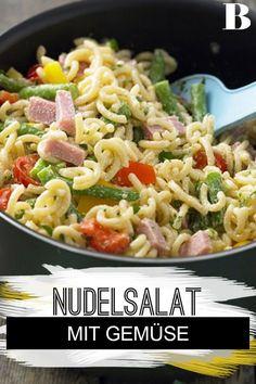 Bunter Nudelsalat. Dieser Sommersalat ist ein Klassiker: mit Nudeln, Gemüse und Kochschinken. Aber statt mit fettiger Mayonnaise machen wir das Dressing mit Joghurt. #nudeln #salat #gemüse #schinken Spaghetti, Mayonnaise, Pasta Salad, Easy Meals, Food And Drink, Dressing, Ethnic Recipes, Products, Ham