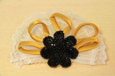 BROCHE ABANICO -  Broche en forma de abanico, base de fieltro color crudo, aplicación de flor negra con lentejuelas y pasamanería de gasa blanca. Precio: € 10