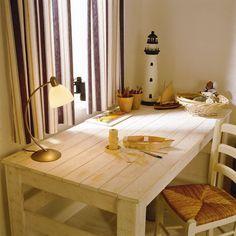 Der Schreibtisch im maritimen Look kann man in wenigen Schritten selbst bauen. Dank gleicher Farbe passt der Tisch dann auch super zu Bett und Schrank im Kinderzimmer.