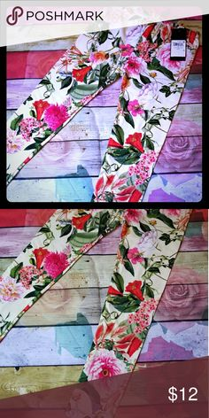 Nwt Guess leggings girls 5 New with tags Guess leggings Girls 5 Beautiful flower design and logo on bottom So soft Retails at $30 Guess Bottoms Leggings