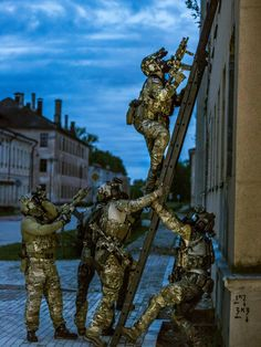 Members of the Norwegian special forces unit FSK/NORASOC prepare to storm a building during exercise Flaming Sword