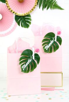 Party Favor Gift Bags Simple and adorable tropical party favor gift idea! DIY tropical leaf gift bags - so cute!Simple and adorable tropical party favor gift idea! DIY tropical leaf gift bags - so cute! Flamingo Party, Flamingo Birthday, Hawaiian Birthday, Luau Birthday, Birthday Parties, Birthday Ideas, Birthday Gift Bags, Themed Parties, 13th Birthday