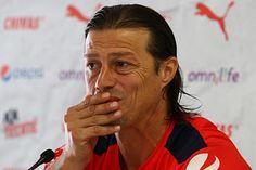 ALMEYDA NO HA RENOVADO CONTRATO CON CHIVAS El entrenador argentino reconoció que falta resolver algunos detalles contractuales para garantizar su permanencia con el Rebaño. Almeyda profesó total respaldo a su terna de jóvenes atacantes.