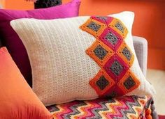 alice brans posted How to make a square crochet cushion: This beautiful square crochet pillow will brighten up any room. to their -crochet ideas and tips- postboard via the Juxtapost bookmarklet. Crochet Afghans, Crochet Squares, Crochet Motif, Crochet Patterns, Granny Squares, Crochet Home Decor, Crochet Crafts, Crochet Projects, Magia Do Crochet