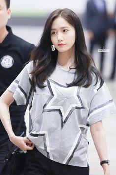 Love Yoong earing 170726 Yoona @ Gimpo Airport by Yoonaya Im Yoona, Sooyoung, Yuri, Korea Fashion, Asian Fashion, Asian Woman, Asian Girl, Girl's Generation, Tiffany
