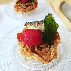 Nido de spaghetti frito, tomate confitado, sardinas y albahaca. Mejor en Casa, servicio de cocinero a domicilio: www.axelchefencasa.com