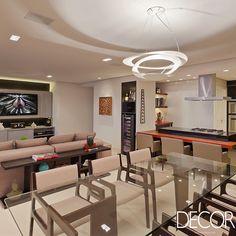 Elegante e funcional para receber, décor idealizado pelo escritório Ana Livia Werdine Arquitetura e Interiores propõe ambientes sociais integrados, destacando paleta neutra.