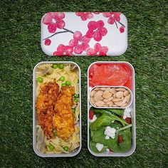 monbento sur Instagram: 🇺🇸🇬🇧🌸 As you love the sweetness of the MB Original Blossom's flowers, we have prepared a recipe in this bento box: cornflakes fried chicken… Bento Box, Lunch Box, Bento Recipes, Quick Recipes, Fried Chicken, Fries, Picnic, Vegetarian, The Originals