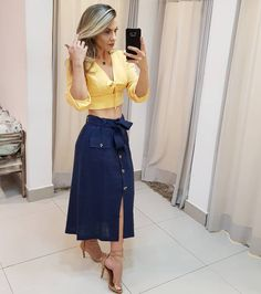 La imagen puede contener: una persona, de pie Denim Skirt, Midi Skirt, Office Outfits, Mix N Match, Casual Wear, High Waisted Skirt, Beautiful Women, Clothes For Women, Celebrities