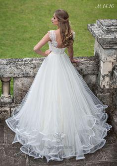 Dantela deosebita ce imbraca topul rochiei si bretele late din dantela fac din aceasta rochie o aparitie de neuitat.