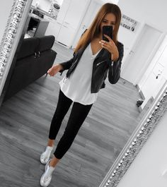 Spring outfits - L'image contient peutêtre 1 personne Sunday Outfits, Casual Work Outfits, Mode Outfits, Stylish Outfits, Spring Outfits, Fashion Outfits, Autumn Outfits, Casual Sunday Outfit, Looks Camisa Jeans