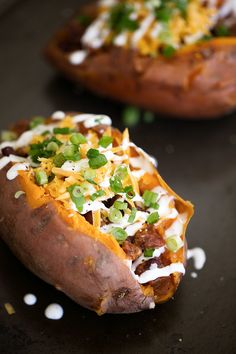 chili loaded baked sweet potatoes topped with cheddar cheese sour cream green onions Baked Potato Fillings, Sweet Potato Toppings, Loaded Sweet Potato, Loaded Baked Potatoes, Sweet Potato Recipes, Baked Sweet Potatoes, Chili Baked Potato, Healthy Dinner Recipes, Cooking Recipes