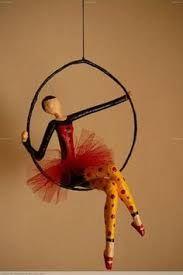 Bildergebnis für muñecos con alambre y papel Wire Art Sculpture, Paper Mache Sculpture, Paper Mache Crafts, Wire Crafts, Deco Originale, Paperclay, Fairy Dolls, Clay Art, Paper Dolls