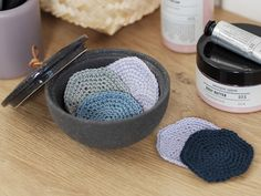 Cut back on the disposable cotton pads and crochet a collection of reusable yarn make-up remover pads made of the sisters' soft bamboo yarn consisting. Crochet Yarn, Crochet Hooks, Diy Makeup Remover Pads, Diy Xmas Gifts, Crochet Projects, Diy Projects, Magic Ring, Crochet Needles, Make Up Remover