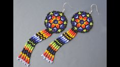 🌈 Earrings in the technique of the huichol. Bead Jewellery, Seed Bead Jewelry, Seed Bead Earrings, Beaded Jewelry, Free Beading Tutorials, Seed Bead Crafts, Beaded Earrings Patterns, Diy Jewelry Inspiration, Earring Tutorial