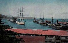 Antigua panorámica de los muelles y embarcaciones que llegaban al tajamar de nuestro puerto de La Guaira. Circa 1939.