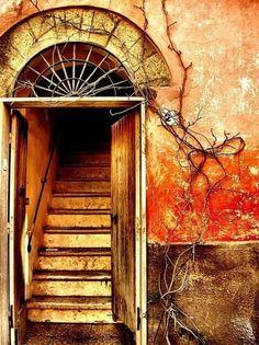 The door is open - Die Tür steht offen