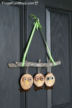 How to Make Adorable Wood Slice Owl Ornaments and an Owl Tree Holzscheibe Owl Craft - Herbst Dekor Owl Crafts, Holiday Crafts, Diy And Crafts, Crafts For Kids, Arts And Crafts, Wood Slice Crafts, Wooden Crafts, Driftwood Crafts, Owl Ornament