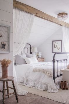 A clean and cozy farmhouse master bedroom with tons of vintage charm…  http://www.nicehomedecor.site/2017/07/29/a-clean-and-cozy-farmhouse-master-bedroom-with-tons-of-vintage-charm/