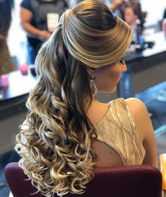 Wedding hairstyles for long hair Quince Hairstyles, Wedding Hairstyles For Long Hair, Bride Hairstyles, Pretty Hairstyles, Bridal Hair And Makeup, Hair Makeup, Medium Hair Styles, Curly Hair Styles, Hair Upstyles