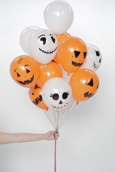 HALLOWEEN BALLONNEN   DIT HEB JE NODIG: witte en oranje ballonnen zwarte stift touwtje of garen schaar (eventueel) helium (eventueel)...