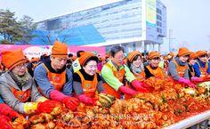국제위러브유운동본부(장길자회장)에서 해마다 겨울이 되면'어머니 사랑의 김장 나누기'를 개최합니다.