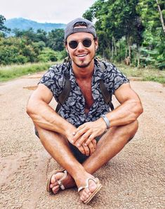 Flip Flop Moves Mode Masculine, Beach Poses By Yourself, Mens Beach Shoes, Bare Men, Camisa Floral, Photo Poses For Boy, Barefoot Men, Good Poses, Summer Outfits Men