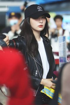remains to be the most iconic and hottest airport photos of seulgi. Red Velvet Seulgi, Red Velvet Irene, Kpop Girl Groups, Kpop Girls, Oppa Gangnam Style, Red Pictures, Kang Seulgi, Ulzzang, Velvet Fashion