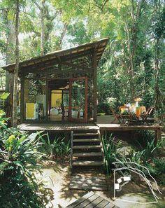 Erguida com madeira e painéis de fibra de madeira (OSB), esta casa no pé da...