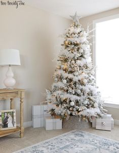 44 Elegant Christmas Tree Decor Ideas - New Ideas Elegant Christmas Trees, Silver Christmas Decorations, Flocked Christmas Trees, Silver Christmas Tree, Christmas Tree Themes, Noel Christmas, Christmas Ideas, Tree Collar Christmas, Frosted Christmas Tree