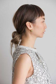 大胆な後れ毛がシニヨンをゆるカッコよく格上げ。 - ヘアカタログ:シュワルツコフ オンライン