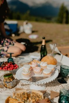 Romantic elopement in your future?  Let us help you style the perfect elopement picnic! Elopement ideas // elopement picnic // romantic picnic // romantic elopement idea // run away and get married // intimate wedding ideas // intimate wedding // small event style // elopement design #elopementpicnic #elopementideas #elopementstyle Wedding Food Bars, Food Truck Wedding, Wedding Food Stations, Wedding Reception Food, Wedding Ideas, Destination Wedding Welcome Bag, Destination Wedding Invitations, Destination Weddings, Small Intimate Wedding