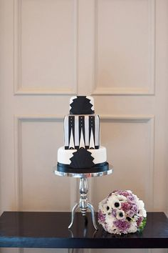 Art Deco wedding cake, image by http://www.fionasweddingphotography.co.uk/