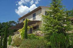 """Villa """"Barjaude"""" (Carcès) - Luxe vrijstaande villa met privé zwembad. De villa is ruim van opzet en zeer comfortabel ingericht. Mooie oriëntatie op het zuiden. Zeer geschikt voor gezinnen met kinderen omwille van het vlakke terrein inclusief grasveld. De villa is geschikt voor 8 personen."""