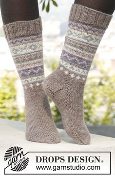 "Free pattern: Knitted DROPS socks with pattern in ""Karisma""."