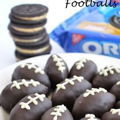 100 Super Bowl Party Foods Ideas To Enjoy While You Scream At The TV - Hike n Dip - - Celebrate the game night with the best Super Bowl Party Food Ideas. Here are best Game Day Food Recipes,that includes Appetizers, dips & Super Bowl Desserts. Dessert Party, Köstliche Desserts, Delicious Desserts, Football Treats, Football Food, Superbowl Desserts, Tailgate Desserts, Football Brownies, Football Cupcakes