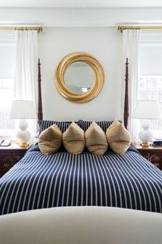Elegante camera in stile nautico - Righe blu e bianche con dettagli dorati per arredare una camera da letto stile marina.