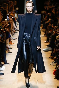 See the complete Mugler Fall 2017 Ready-to-Wear collection.