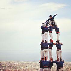 ✨ja hem fet el cim….! bon dia món!!✨ Castellers, Barcelona www.hostalaslyp114.com Fc Barcelona, Visit Barcelona, Real Madrid, Ronaldo, Unity In Diversity, Gaudi, Neymar, Messi, Wonders Of The World