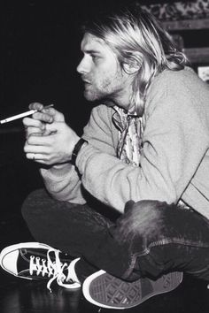 Kurt Cobain was best known as the lead singer and guitarist of Nirvana and for… Rock And Roll, Rock N, Punk Rock, Nirvana Kurt Cobain, Kurt Cobain Style, Eddie Vedder, Kurt Tattoo, Beatles, Banda Nirvana