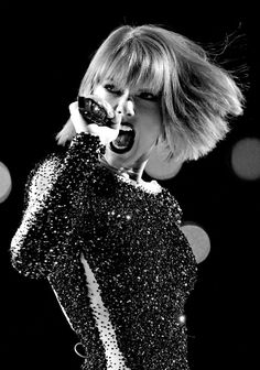Taylor Swift- 2016 Grammy's performing Out of The Woods