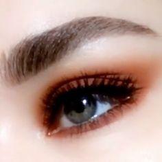 Easy eye makeup tutorial eyes eyemakeup coraleyemakup eyemakeuptutorial a bronze glow is perfect for minimal makeup looks bronze dewyglow glowmakeup minimalmakeup Summer Eye Makeup, Colorful Eye Makeup, Simple Eye Makeup, Natural Eye Makeup, Cute Makeup, Eye Makeup Tips, Makeup Art, Makeup Hacks, Beauty Makeup