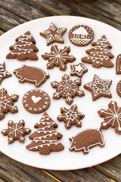 Julesmåkager som udstikkes til jul. Chokolade julekager. Den bedste opskrift hvor småkagerne ikke flyder ud - holder formen perfekt! God til børn.