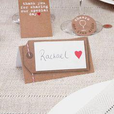 Mooie, natuurlijke naamkaartjes, voor bij een natural thema. Ze hebben een rustige uitstraling door de papieren look met een leuke versiering aan de zijkanten. De kaarten zijn van stevig papier en kunnen met de hand worden beschreven. (kunnen niet worden bedrukt)  Er zitten 10 kaartjes in de verpakking.